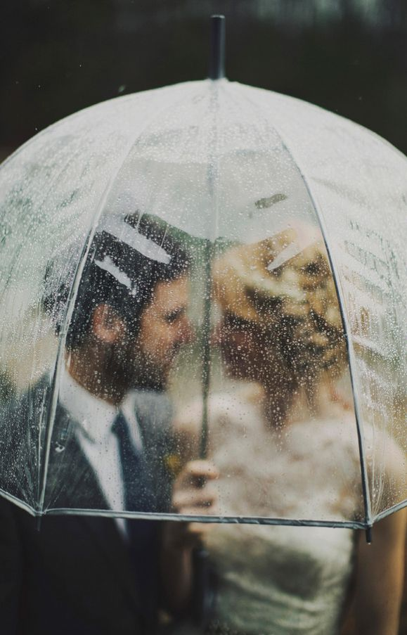 Winter wedding tips rain umbrella wedding planning